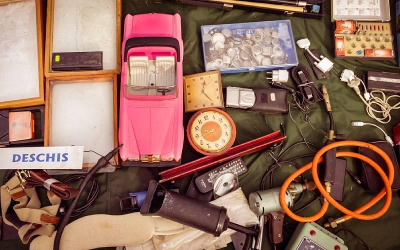 gudagnare con vecchi oggetti